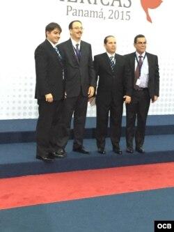 Alejandro Castro Espín con tres de sus colaboradores en la Cumbre de Panamá 2015