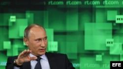 """El presidente ruso Vladimir Putin habla durante su visita al nuevo estudio de televisión del canal """"Russia Today"""" en Moscú, Rusia."""