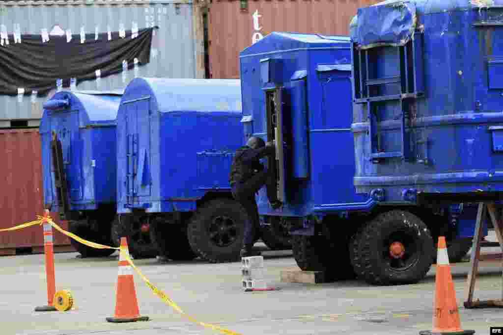 Un grupo de vehículos de uso militar para el lanzamiento de misiles fue presentado por las autoridades panameñas hoy, jueves 1 de agosto de 2013, en el puerto de Manzanillo en la caribeña ciudad de Colón, donde también hallaron explosivos y municiones en