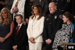 """La primera dama de Estados Unidos Melania Trump junto a los invitados al discurso, entre ellos jóvenes """"dreamers""""."""
