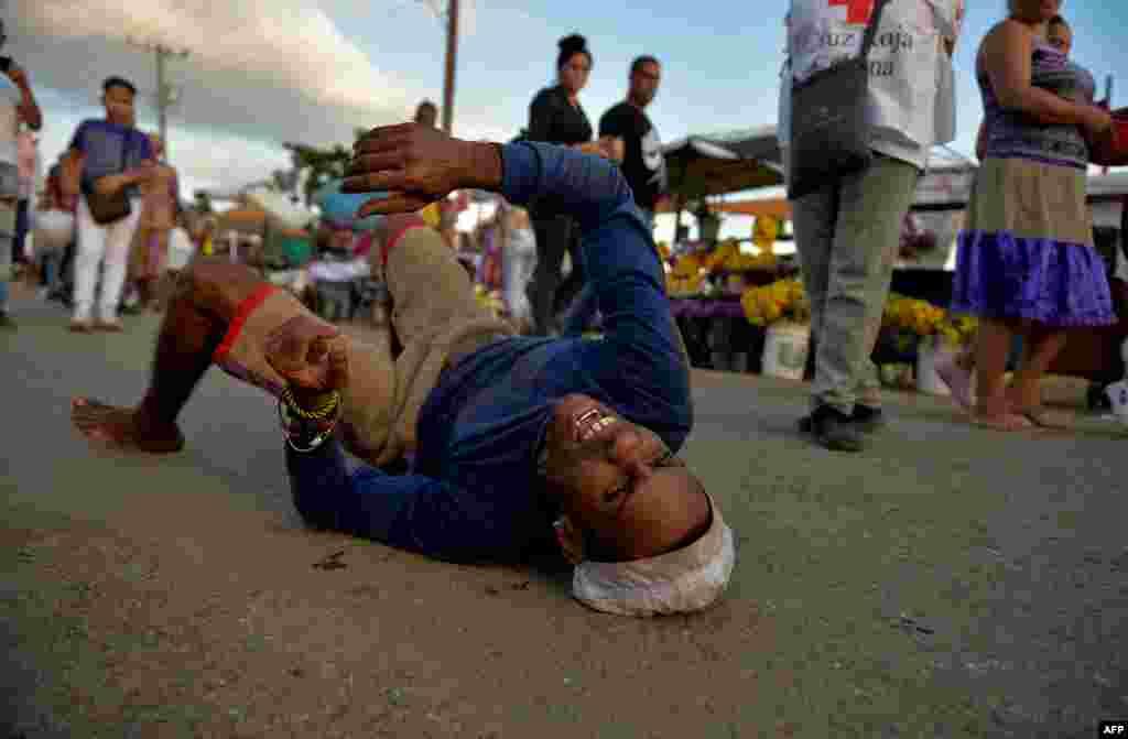 Cientos de creyentes pagan promesas a San Lázaro cada 17 de diciembre. Yamil Lage/AFP