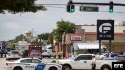 Agentes de policía y rescatistas monitorean la escena del tiroteo masivo en el club gay Pulse, en Orlando, Florida.