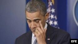 El presidente Barack Obama se enjuga una lágrima durante sus declaraciones sobre el tiroteo en la escuela primaria Sandy Hook en Newtown.