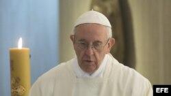 El papa Francisco oficia una misa en la Casa Santa Marta del Vaticano.
