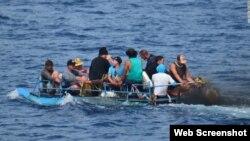 Balseros cubanos intentan llegar a EEUU en una precaria embarcación. Archivo.