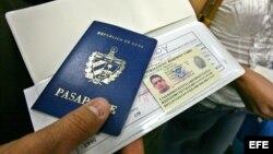 Un hombre muestra su pasaporte en el aeropuerto Internacional de Miami (EE.UU.) antes de viajar a Cuba.
