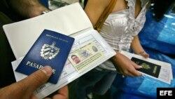 Un hombre muestra su pasaporte en el aeropuerto Internacional de Miami (EEUU) antes de viajar a Cuba.