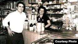 Los Jiménez en tiempos mejores que los de su llegada a EE.UU., en su grocery de Nueva Jersey.
