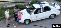 Fuerzas represivas vigilan la sede de las Damas de Blanco en Lawton. (Foto: Berta Soler)