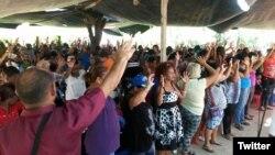 Miembros de la La iglesia del Mover Apostólico de Santiago de Cuba reunidos en oración. (Archivo)