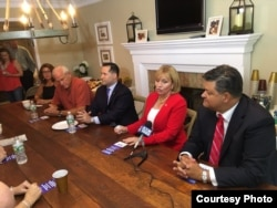 La aspirante republicana a la gobernación en NJ, Kim Guadagno (c) en compañía de Carlos Rendo (d).
