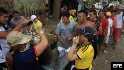 Habitantes de Cúcuta alimentan a algunos deportados que continúan en la Playa, sector de La Parada (Colombia), frontera con Venezuela.