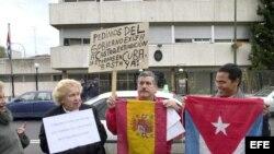 Manifestación frente a la Embajada de Cuba en España, convocada por la Asociación Cubana Española en solidaridad con las víctimas de ETA. Archivo.