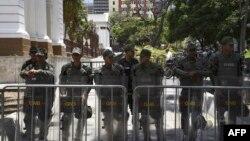 Miembros de la Guardia Nacional Bolivariana custodian el edificio de la Asamblea Nacional de Venezuela, en donde impidieron la entrada de la prensa el martes 7 de mayo de 2019. (AFP).