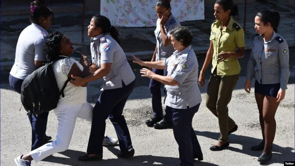 Policía política arresta a Berta Soler frente a la sede de las Damas de Blanco, en Lawton, La Habana. (Foto: Angel Moya)