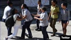 Policía política arresta a Berta Soler frente a la sede de las Damas de Blanco, en Lawton, La Habana. (Foto: Angel Moya/Archivo)