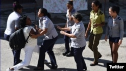 Policía política arresta a Berta Soler frente a la sede de las Damas de Blanco, en Lawton, La Habana. (Foto de Archivo/Angel Moya)