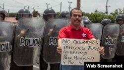 """""""No queremos tanques rusos. Queremos pan, medicinas y paz"""", reza el cartel de un manifestante en Nicaragua."""