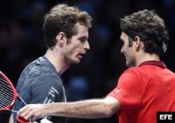 El tenista suizo Roger Federer (d) tras su victoria ante el británico Andy Murray (i).
