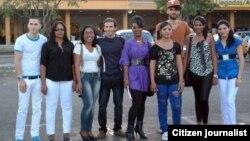 Los becados posan antes de iniciar su viaje a Estados Unidos. Tomado de la cuenta de Twitter de Iván Hernández Carrillo.