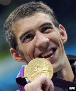 Michael Phelps durante la ceremonia de entrega de medallas de los 4x200 metros relevos estilo libre de los Juegos Olímpicos de Londres 2012.