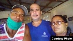 artolo Cantillo Romero y Celina Osoria Claro junto a Miguel Angel López Herrera (al centro ) este miércoles.
