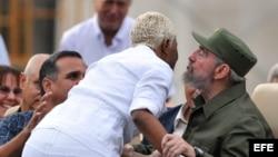 Fidel Castro saluda a la cantante Haila