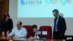 Brett Perlmutter, jefe de Google Cuba y el vicepresidente de inversiones de Etecsa, Luis Adolfo Reyes.
