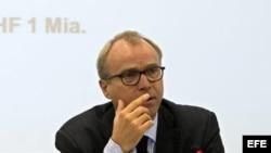 Valentin Zellweger, director de la Dirección de Derecho Internacional del Ministerio de Exteriores helvético, comparece ante los medios en Ginebra, Suiza, hoy, martes, 16 de octubre de 2012.
