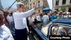 Kerry saluda a los cubanos antes de montarse en un viejo Chevrolet Impala en La Habana.