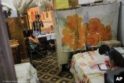 Isabel Quevedo perdió su empleo y ahora vende chucherías desde su casa para mantener a sus hijos