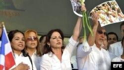 Gloria Estefan y su esposo Emilio Estefan rinden homenaje a Damas de Blanco en Miami en la Primavera del 2010.