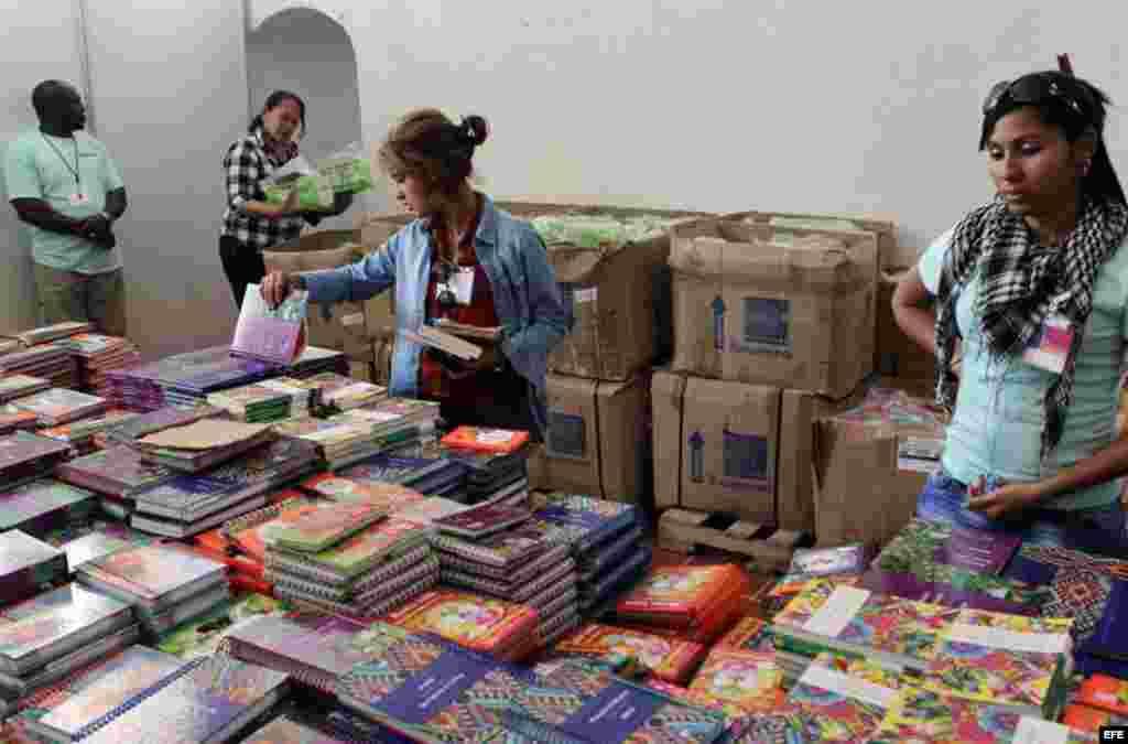 Asistentes a la Feria del Libro de La Habana, dedicada en esta ocasión a la India.