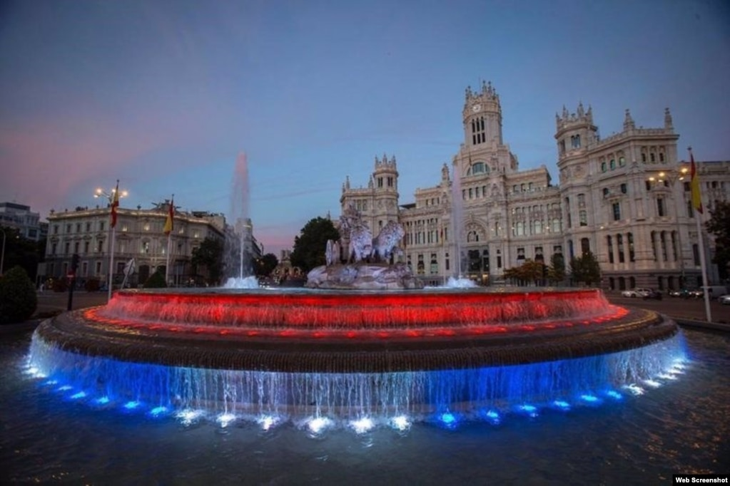 La Diosa Cibeles, en Madrid, rinde homenaje al pueblo de Cuba luciendo los colores de su bandera (Foto tomada de Facebook)
