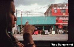Liset señala por la ventana de un autobús mientras se dirige a la ciudad de Guatemala. (Fotografía de Lisette Poole. Screenshot: NPR)
