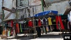 Vista general de un negocio privado de venta de ropa importada en La Habana.