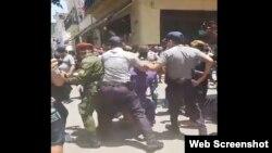 Policías en Cuba detienen a manifestantes.