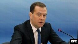 El primer ministro ruso, Dmitri Medvedev, ofrece una rueda de prensa.