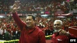 Foto de archivo (01/12/08). Hugo Chávez (c), saludaba al público durante el acto de juramentación de Edgardo Parra (d) como nuevo alcalde de Valencia (Venezuela).