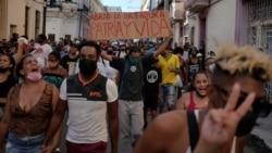 La gente grita consignas contra el gobierno durante una protesta en La Habana, Cuba, el 11 de julio de 2021. REUTERS / Alexandre Meneghini