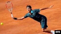 Foto de archivo. El tenista suizo Roger Federer golpea la bola durante el partido contra el alemán Mischa Zverev, en cuartos de final del Masters 1.000 de Roma, Italia, en 2009. Federer ganó 7-6 y 6-2.