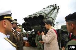 Maduro inspecciona equipos militares.