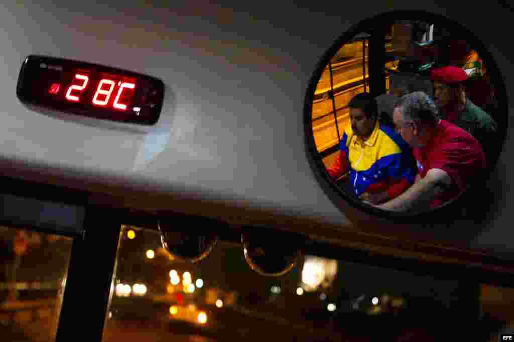 El presidente encargado de Venezuela y candidato a la presidencia del país, Nicolás Maduro,maneja un bus durante un un acto de su campaña en Puerto Ordaz (Venezuela).