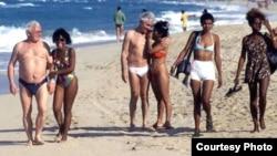 Adolescentes con extranjeros de edad muy avanzada en una playa cubana.
