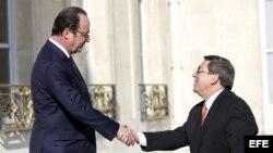El presidente francés, François Hollande, recibe al canciller cubano, Bruno Rodríguez, en abril de 2015.