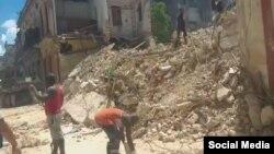 Los escombros cubren la calle Habana en esta imagen tomada de uno de los videos que circulan en redes sociales.