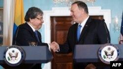 El Secretario de Estado de Estados Unidos Mike Pompeo y el canciller colombiano Carlos Holmes Trujillo se saludan al iniciar en Washington el Octavo Diálogo de Alto Nivel entre los dos gobiernos (Foto: Saul Loeb/AFP).