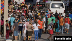Una cola en Cuba en plena pandemia de COVID-19 (Foto: Palabra Nueva)