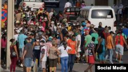Una cola en Cuba durante la pandemia de COVID-19. Foto Palabra Nueva