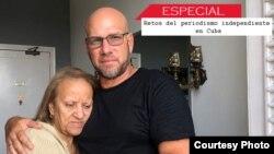 Augusto César San Martín, que ha sufrido la represión del régimen por su labor en el periodismo independiente. En la foto, acompañado de su madre en La Habana. Foto: Cortesía del entrevistado.